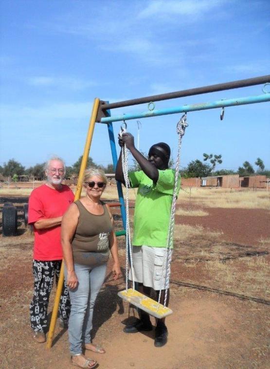 Installation d'une balançoire à Bissongo