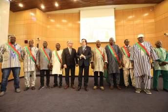 3 Les Maires du Bam entourent le Président et le vice Président du Département
